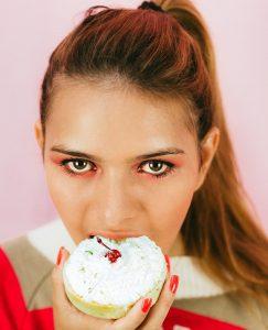 אוכלת עוגה
