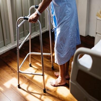 איש עם הליכון בבית חולים